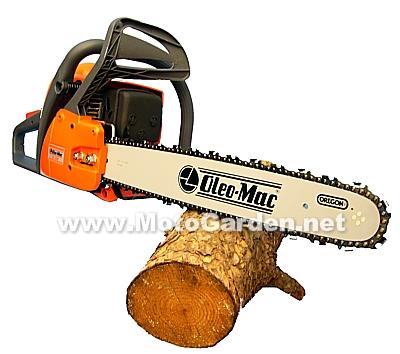 Motosega professionale dotata di lunga e robusta barra di taglio Oregon, Oleo Mac 947 è in grado di abbattere alberi di grandi dimensioni.