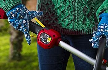 Decespugliatore a batteria completamente sicuro</b>, dotato di impugnatura con comando a doppia azione
