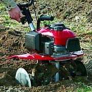 FG205 è la motozappa dotata di regoalazioni utili per un utilizzo perfetto in orto o in serra, utile per lavori interfilari di precisione.
