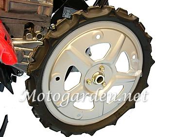 FF300 Honda dotata di grandi ruote gommate per una migliore trazione nel terreno. La grande altezza permette di lavorare anche su terreni bagnati.