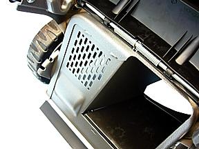 IZY 466 SK a trazione è dotato di piatto ad alta ventilazione che migliora la raccolta dell'erba nel cesto, il tunnel di carcio è ampio e breve per un lavoro veloce ed agevole.