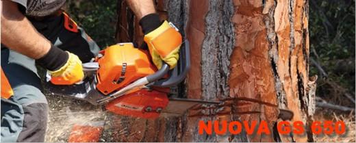 Nuovo modello di casa OleoMac, motosega professionale per abbattimenti e sezionatura di tronchi, la forte spinta del motore consente di tagliare alberi di grandi dimensioni, viene usata per pulire boschi e selezionare il legname da abbattere.